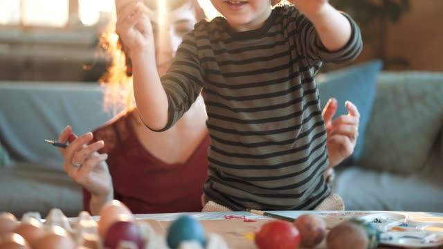 creative påsk ägg färgläggningsschemat dag - påsk bildbanksvideor och videomaterial från bakom kulisserna