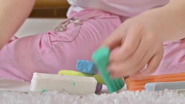 hd: kreative mädchen mit playdough - 6 7 jahre stock-videos und b-roll-filmmaterial