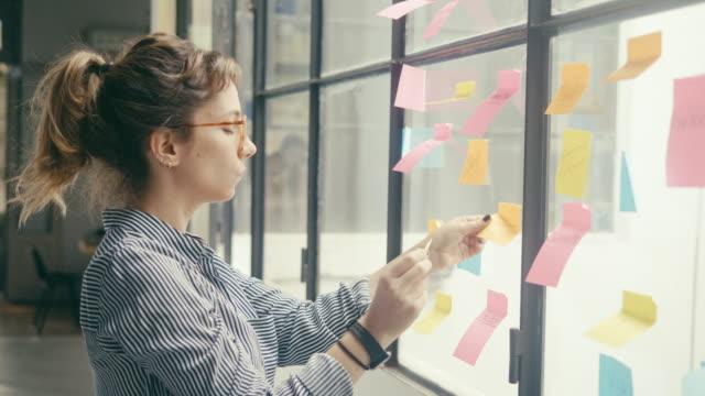 vidéos et rushes de creative latin-american businesswoman brainstorming (slow motion) - agence de design