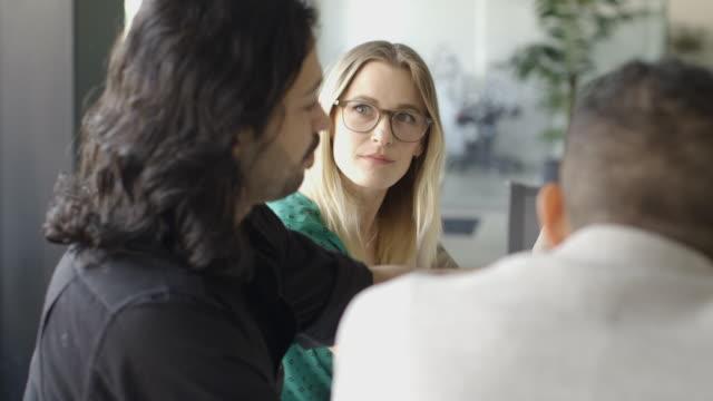 vidéos et rushes de creative millennial business people in office meeting - cheveux blonds