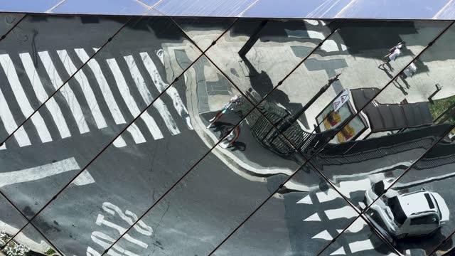 vídeos y material grabado en eventos de stock de creative mirror distortion with city action and car driving in motion. - distorsionado