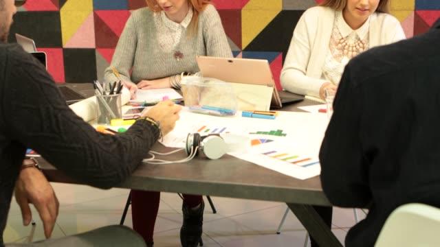 vidéos et rushes de créatifs personnes - relation d'affaires