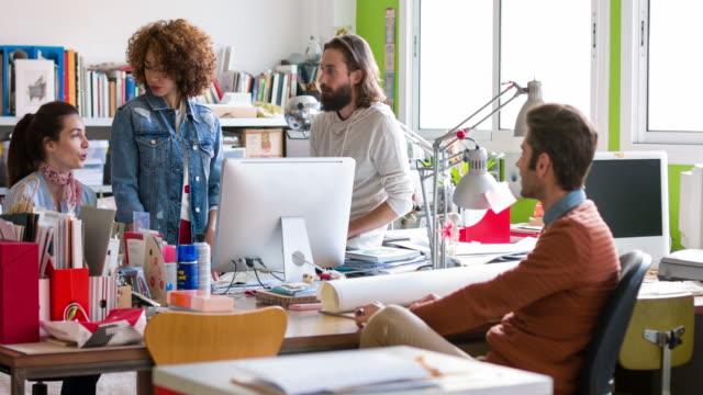 vídeos y material grabado en eventos de stock de creativa personas que trabajan en la oficina - encuadre de tres cuartos