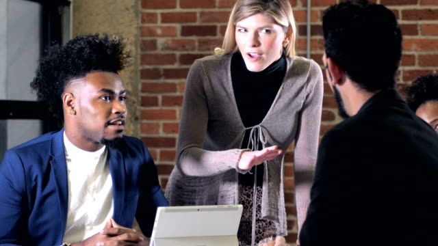 kreative profis in einem geschäftstreffen - multi ethnic group stock-videos und b-roll-filmmaterial
