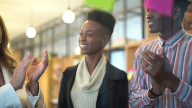 vídeos de stock, filmes e b-roll de brainstorming criativo da equipe usando notas adesivas - alcançar