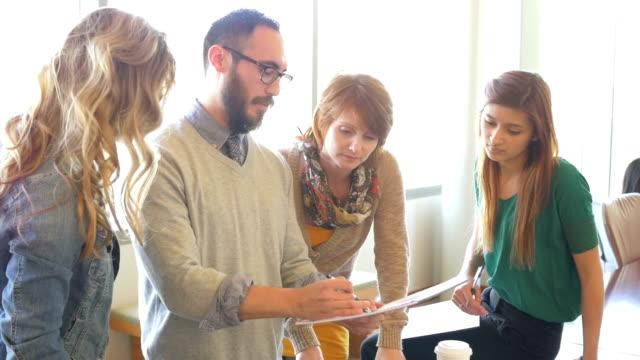 Équipe créative d'affaires professionnels travaillant ensemble dans le bureau à la salle de conseil