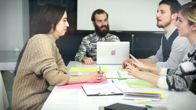 vídeos y material grabado en eventos de stock de creative grupo de trabajo en equipo en la oficina de arranque - grupo organizado