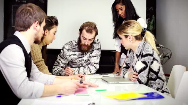 gruppo di lavoro di squadra creativo nell'avvio ufficio - imprenditore video stock e b–roll