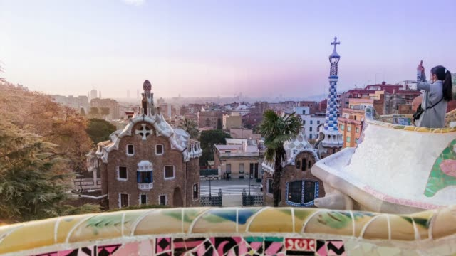 vídeos de stock e filmes b-roll de creative time lapse with shifted strips of barcelona park guell of antoni gaudi from night to day. - bumerangue