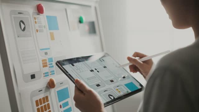 vídeos de stock, filmes e b-roll de creative ui ux designer reunião de trabalho em equipe projetando - quadro negro