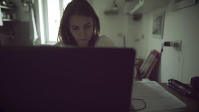 vídeos y material grabado en eventos de stock de creative mujer trabajando en su casa - arquitecta