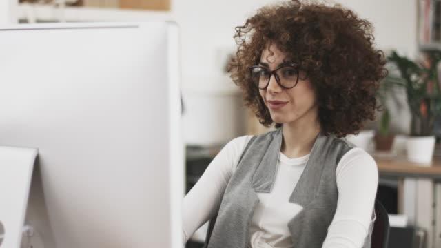 creativo donna al lavoro in ufficio - colletti bianchi video stock e b–roll