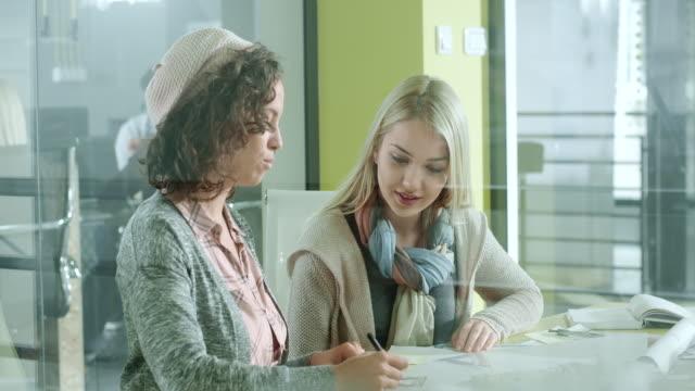 vídeos de stock e filmes b-roll de creative women in the office - designer grafico