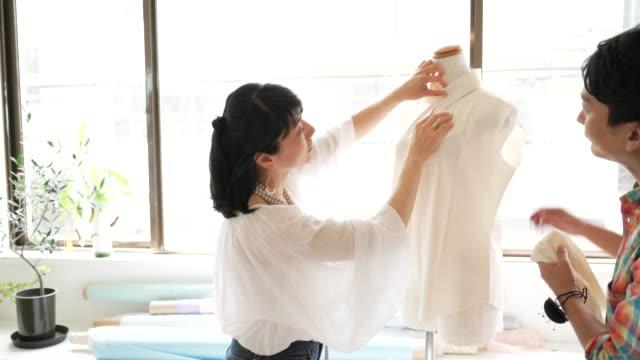 vídeos de stock, filmes e b-roll de creative trabalhadores em pequenas empresas - estilista de moda designer profissional