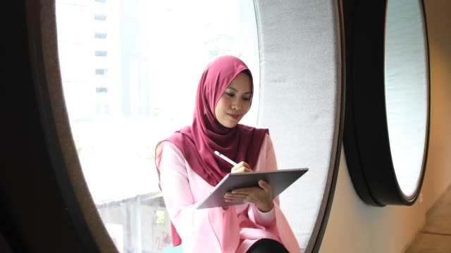 kreative junge muslimische frau an digital-tablette in modernen büro arbeiten - erwachsener über 30 stock-videos und b-roll-filmmaterial
