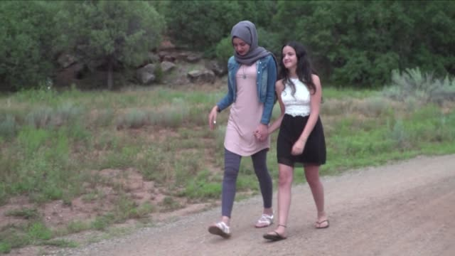 creativity for peace an organization in santa fe new mexico brings together palestinian and jewish israeli girls in a bid to bridge the emotional... - arab israeli conflict stock videos & royalty-free footage