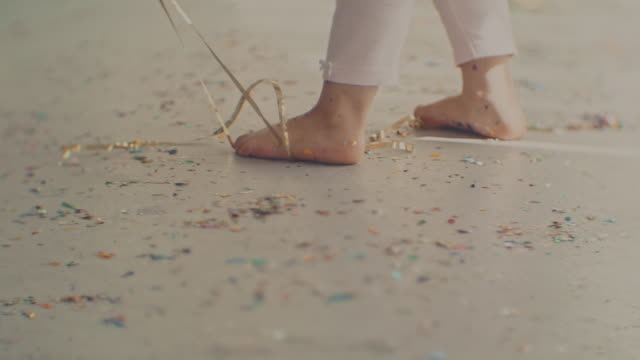 stockvideo's en b-roll-footage met creativiteit & rommelige confetti - messy