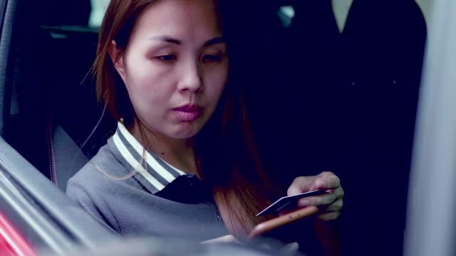 vídeos y material grabado en eventos de stock de tarjeta de crédito y el coche de la ciudad teléfono - aparcar