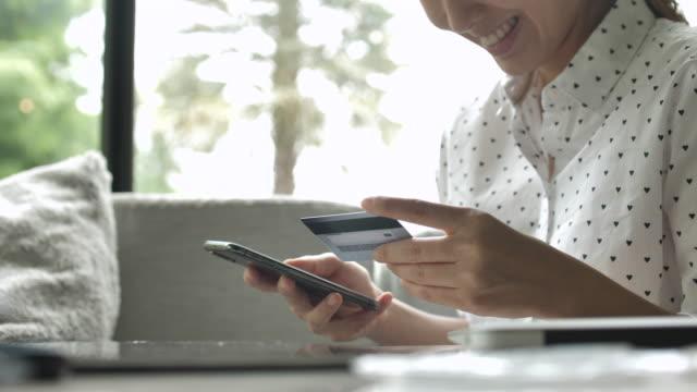 クレジットカードオンラインショッピング - モバイル決済点の映像素材/bロール