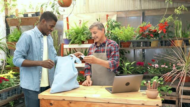 Creditcardbetaling bij tuincentrum