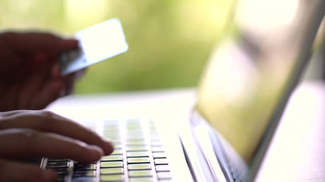 stockvideo's en b-roll-footage met 4 k credit card betaling, kopen, verkopen & winkelen producten & dienst dolly schot - bankpas