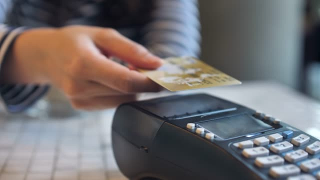 stockvideo's en b-roll-footage met credit card betaling met nfc technologie - kaart