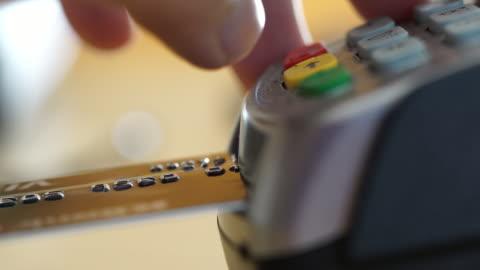 vidéos et rushes de machine de carte de crédit de leur terminal et votre code confidentiel dans magasin - payer