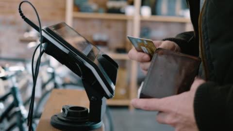 vídeos y material grabado en eventos de stock de a credit card transaction: a customer inserts a chip card into a credit card reader and approves a transaction - rebajas