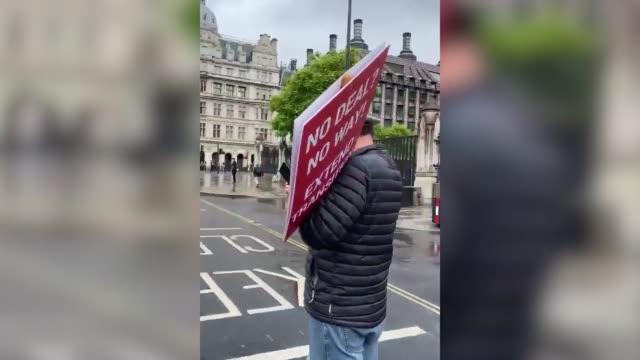 vídeos y material grabado en eventos de stock de boris johnson's convoy was targeted by a protester as the prime minister left the palace of westminster. the demonstrator, who had been protesting... - boris johnson