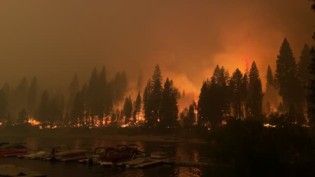 vidéos et rushes de creek fire at mammoth pool recreation area in the sierra nevada. - californie