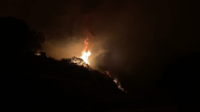 stockvideo's en b-roll-footage met creek fire at mammoth pool recreation area in the sierra nevada mountain range, california, united states of america. - californian sierra nevada
