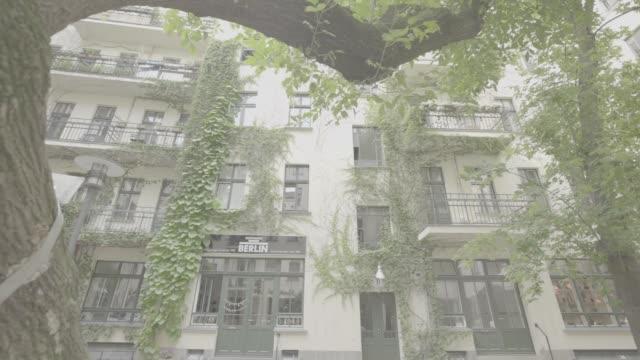 vídeos de stock, filmes e b-roll de creeper plants cover the front of the hoffnung berlin belt store in berlin germany on monday july 10 2017 - trepadeira