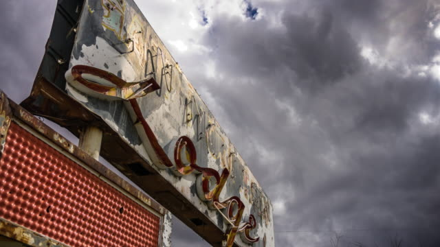 creepy abandoned motel sign - time lapse - 打ち捨てられた点の映像素材/bロール