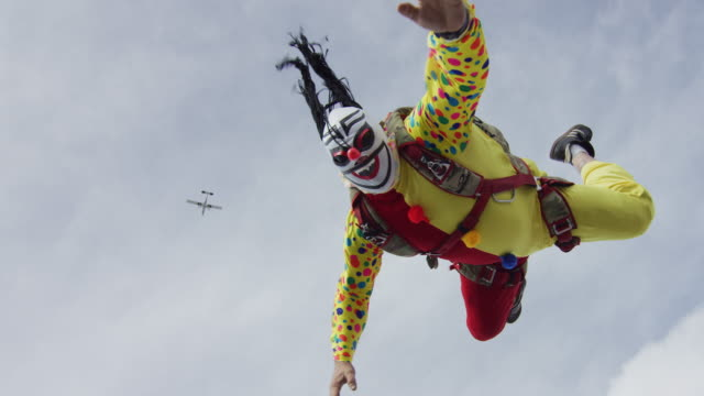 creepy clown skydiver - extremsport perspektive stock-videos und b-roll-filmmaterial
