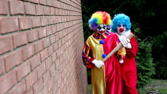 Gruselige Clowns Annäherung an Opfer