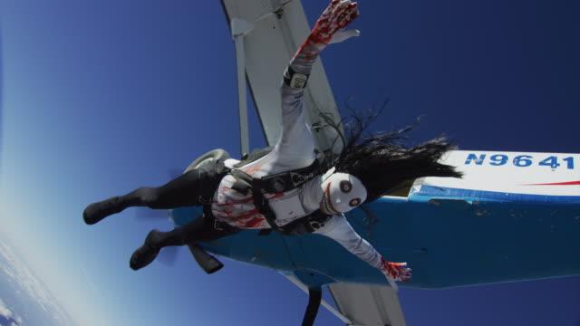 vídeos y material grabado en eventos de stock de creepy skydiver exits airplane - maldad