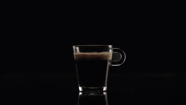 vídeos de stock e filmes b-roll de crema (black coffee) in a glass - chávena