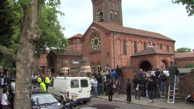crematorium at the amy winehouse funeral service at london london - pompe funebri video stock e b–roll
