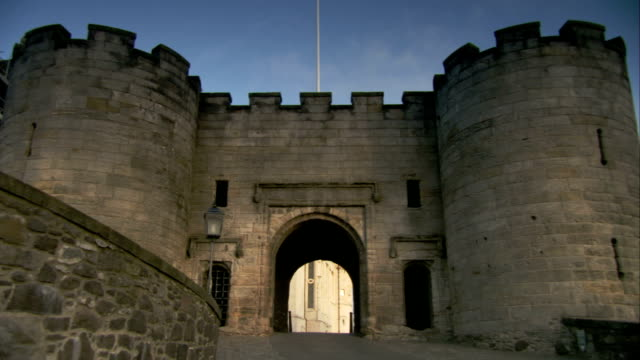 crenels line the top of the outer wall on the vars stirling castle in scotland. available in hd. - スコットランド スターリング点の映像素材/bロール