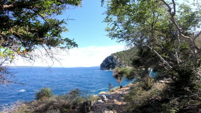 stockvideo's en b-roll-footage met cres island, kroatië: uitzicht vanaf strandpromenade naar de zee - cres kroatië