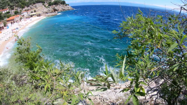 vídeos de stock, filmes e b-roll de console de cres, croatia: vista do passeio da praia ao mar - cres croácia