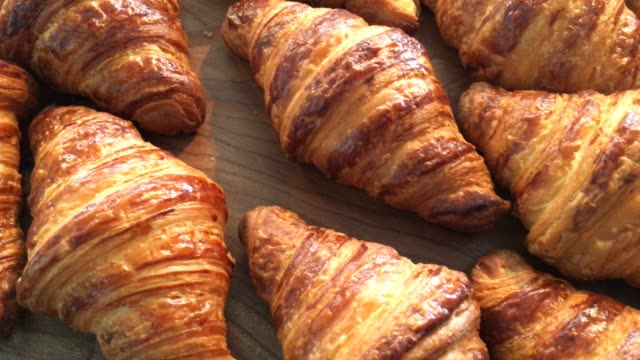 croissant - prima colazione video stock e b–roll