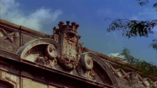 vídeos y material grabado en eventos de stock de crest on top of building in bordeaux, france - entabladura