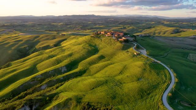 crete senesi countryside in springtime, tuscany, italy - toscana bildbanksvideor och videomaterial från bakom kulisserna