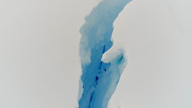 crevasses in antarctica - 割れ目点の映像素材/bロール