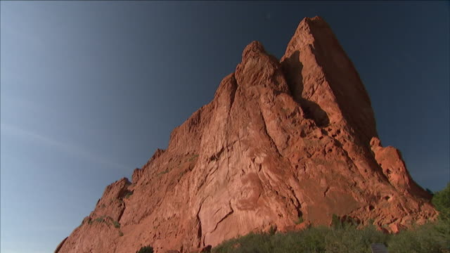 a crevice separates two peaks of a rock formation at garden of the gods incolorado springs. - crevice stock videos & royalty-free footage