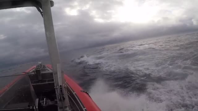vídeos y material grabado en eventos de stock de crew members from us coast guard cutter munro board a selfpropelled semisubmersible suspected drug smuggling vessel while operating in international... - perseguir
