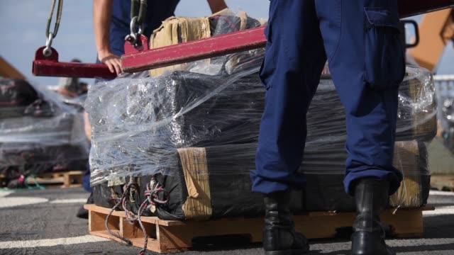 vídeos y material grabado en eventos de stock de crew members of the coast guard cutter stratton offload 11 tons of cocaine in san diego october 3 2018 the drugs were seized during the interdiction... - equipo de vela