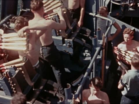 vídeos y material grabado en eventos de stock de crew passing shells to load onto 40mm anti-aircraft guns onboard uss yorktown - sólo hombres jóvenes