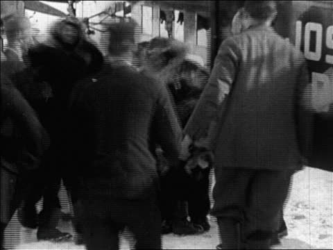crew runs to congratulate byrd after flight over north pole + lifting him / newsreel - 1926年点の映像素材/bロール